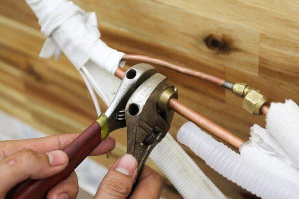 Tháo các phần liên kết giữa mặt lạnh, cục nóng