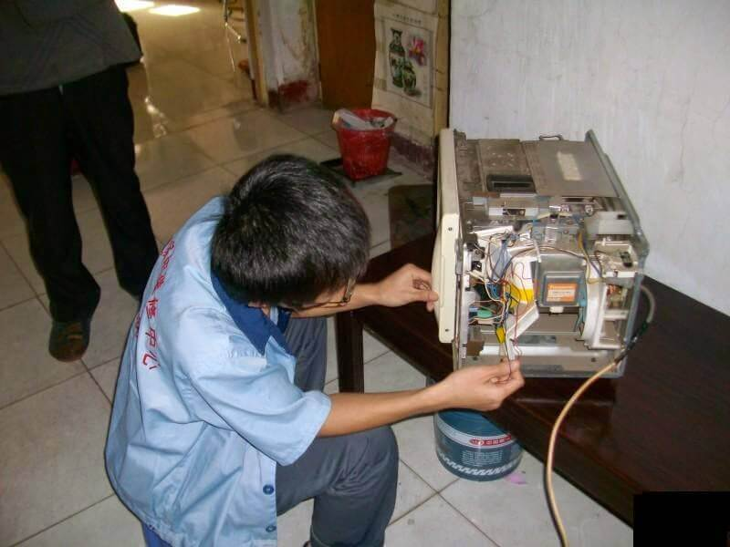 Nhân viên trung tâm sửa chữa chuyên nghiệp