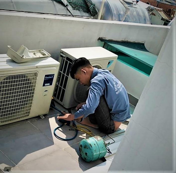 Nhân viên Điện Lạnh Quản Lý đang bơm gas cho máy lạnh