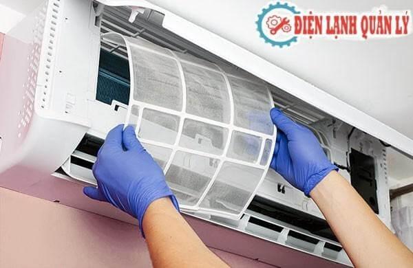 Vệ sinh máy lạnh được thực hiện theo quy trình.